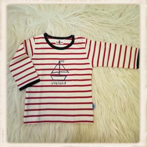 Rood shirt met zeilboot